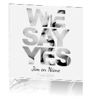 .Hippe trouwkaart met 'we say yes'.